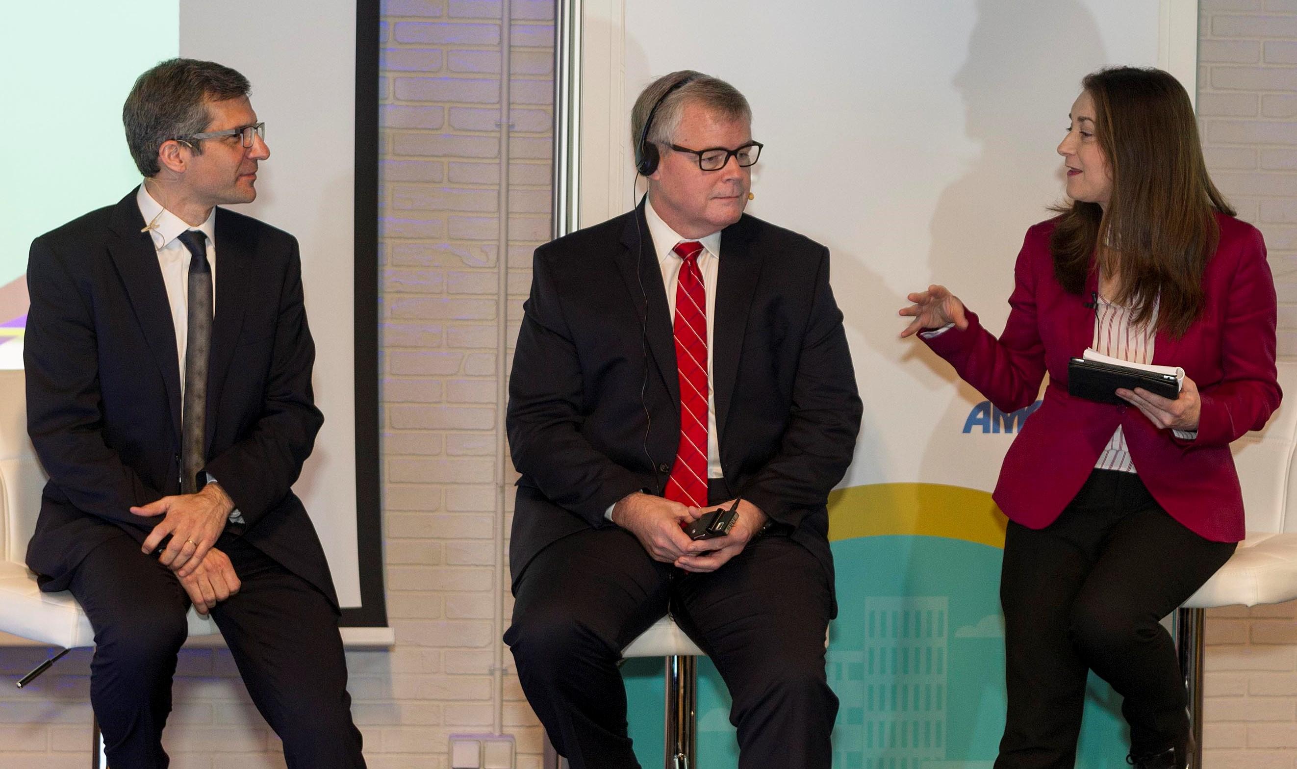 Miguel Ángel Calleja, Douglas Scheckelhoff y Ana Lozano (Vicepresidenta SEFH y Jefa de Servicio de Farmacia del HUCA)