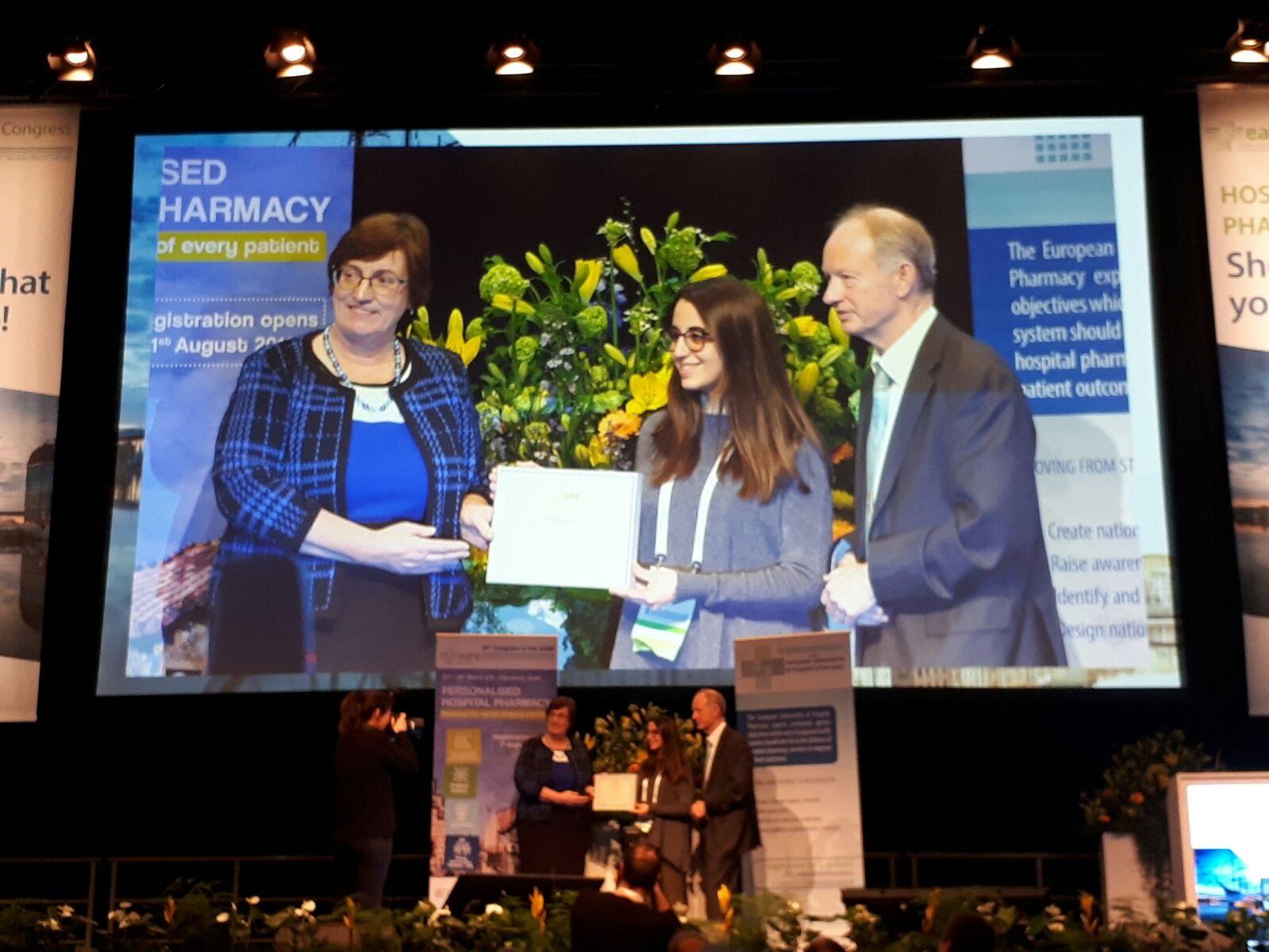 Xènia Fernández recogiendo el Premio a la Mejor Comunicación Oral en el 23º Congreso de la EAHP
