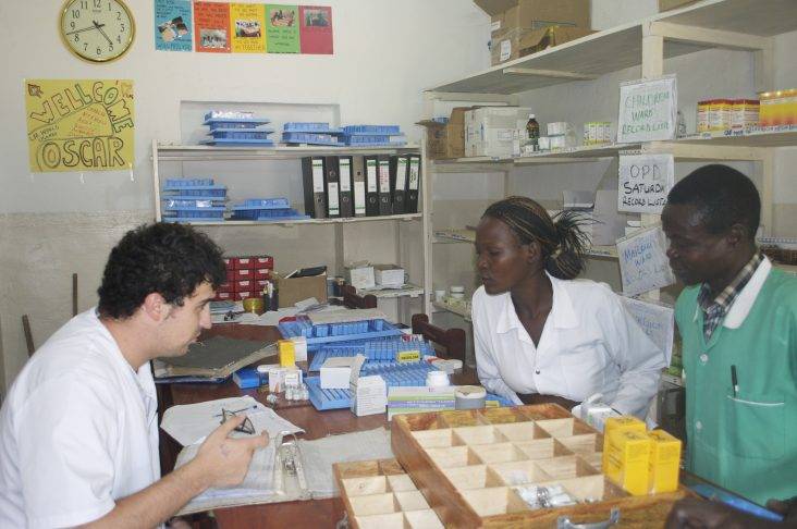 Formación al personal local en unidosis. Hospital Kitgum, Uganda