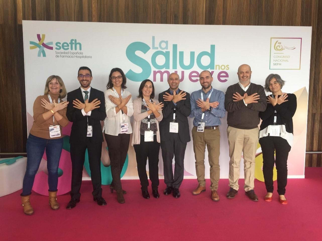 """Algunos miembros del Comité del 63 Congreso Nacional de la Sociedad Española de Farmacia Hospitalaria (SEFH) realizando el """"saludo"""" de Ángeles Sin Alas"""